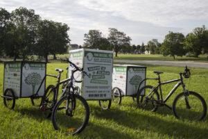 Slika 1: Teretni bicikli Udruge za održivi razvoj Hrvatske (u sredini jedan teretni tricikl s posebno izrađenom teretnom kutijom sprijeda, sa svake strane po jedan bicikl s posebno izrađenom teretnom prikolicom)